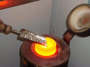 Fusion des lingots d'argent. Le point de fusion de l'argent est 961.8 °C ou degrés celsius